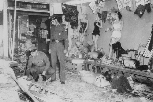 Policia Nacional de Cuba, Respondiendo a una de nueve bombas colocadas anoche en La Habana, por miembros del movimiento 26 de Julio de Fidel Castro. Esta foto en la tienda El Collar en la calle Aguila en Agosto del 1957