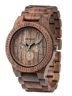 Přesnost čtyř ciferníků posazena do ořechového dřeva. Model KAPPA je jako chameleón - perfektně se hodí jak k obleku, tak k teplákovce nebo jeansům.  Jemně hnědý ořech na tvé ruce. Pořádně výrazné ručičky, které ti okamžitě ukážou v jakém čase, datu a denní době se právě nacházíš.