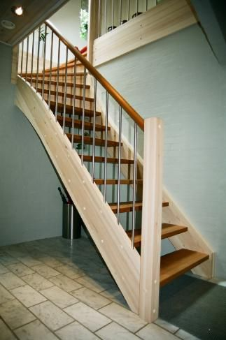 Thy Trapper, trætrappe, trappe, trætrapper, trapper, gelænder, baluster, hemsestige, kvartsvingstrapper, halvsvingstrapper, ligeløbstrapper, repostrapper, spindeltrapper, centervange, opsadlet
