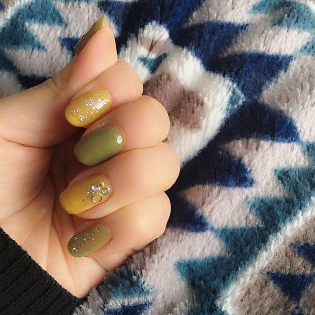 セルフジェルネイル。  単色を塗ってストーンシールと シルバーラメを重ねて、トップコートを  重ねるだけなので、両手で10分ぐらいで 出来る時間短縮簡単ネイルです🎵  #HOMEI #セルフネイル #セルフジェルネイル #ウィークリージェル  #シンプルネイル #大人シンプルネイル #micco_drops