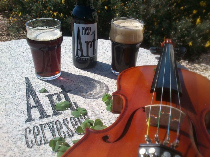 Copas de cerveza negra artesana Art Fosca el día de San Patrício.