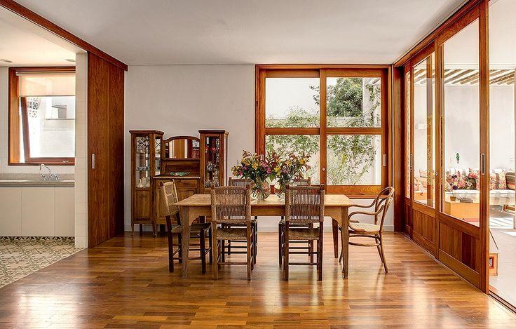 Os moradores queriam o clima de interior, mesmo estando em São Paulo. O arquiteto Carlos Verna fez uma casa com muita madeira, inclusive na sala de jantar. Ampla, ela é integrada com o jardim e a cozinha com portas de correr