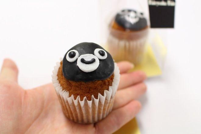 フェアリーケーキフェア「1CUPCAKE Suica」(550円/1日20個限定) バニラ風味のカップケーキに、Suicaのペンギンをアイシングでデコレーション。 手作業なので、表情に個性が