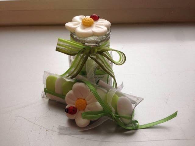 Vasetto in vetro o blister di confetti con margherita in fimo ( decorativa o a calamita )