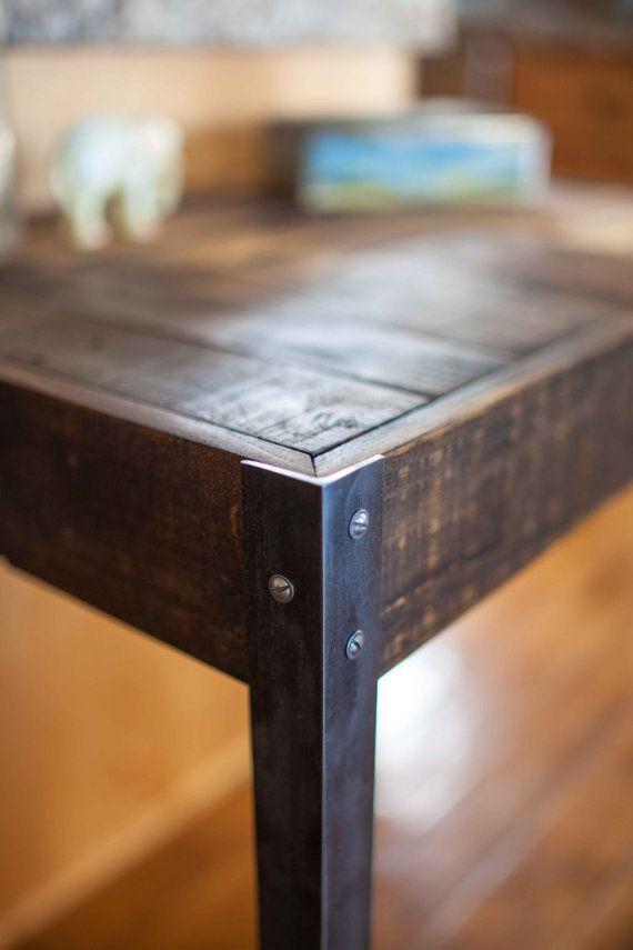 Un grand bureau en bois issus d'une palette. A caractère incroyable et patine. Montre la vie rude, il a probablement eu, mais assez à faire pour un joli petit bureau nettoyé. Toutes les surfaces poncé et poli sympa, mais pas trop pour enlever l'histoire du bois. Les jambes sont un 1 3/4 po fer angle métal, ajoutant à la belle stature et la sensation de ce bureau. Dimensions-T 30 x 34 W x 23 « D (environ) Si vous souhaitez que ce bureau exact, mais avec un tiroir, j'ai une liste ici…