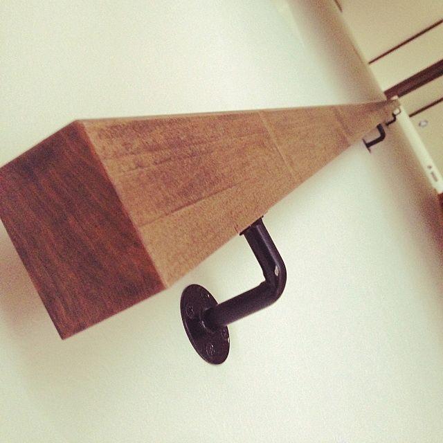 女性で、のアイアンブラケット/手すり/壁/天井についてのインテリア実例を紹介。「階段手すりは、アイアンにするか迷ったけど、アイアンはブラケットのみに。角材を塗装してもらって好きな感じにしてもらいました♡」(この写真は 2014-06-22 16:18:50 に共有されました)