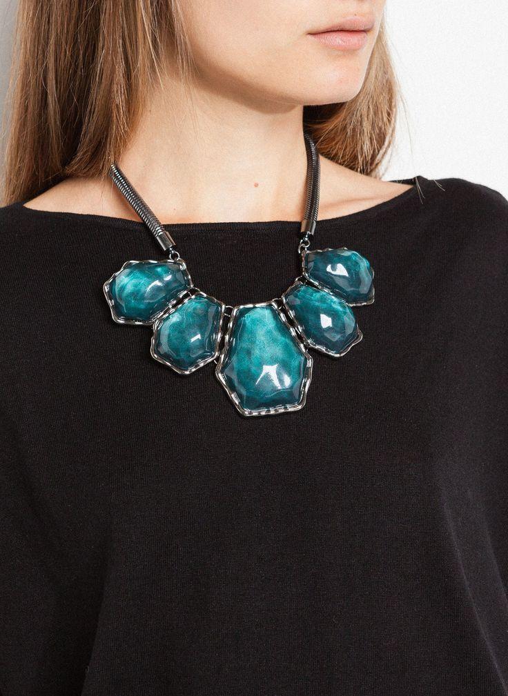 Uterqüe - Ожерелье с зелеными камнями. Ожерелье с пятью большими зелеными камнями геометрической формы. Камни вставлены в металлическую оправу серебристого цвета. 25% сталь, 35% смола, 35% цинк, 5% латунь