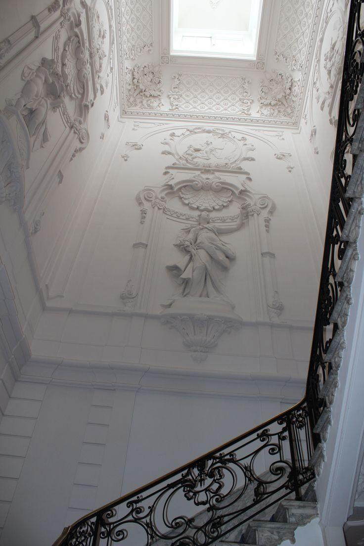 Heel bijzonder in huis Huguetan is het stucwerk van het trappenhuis met uitbeeldingen van de Vrede en van de Zintuigen.