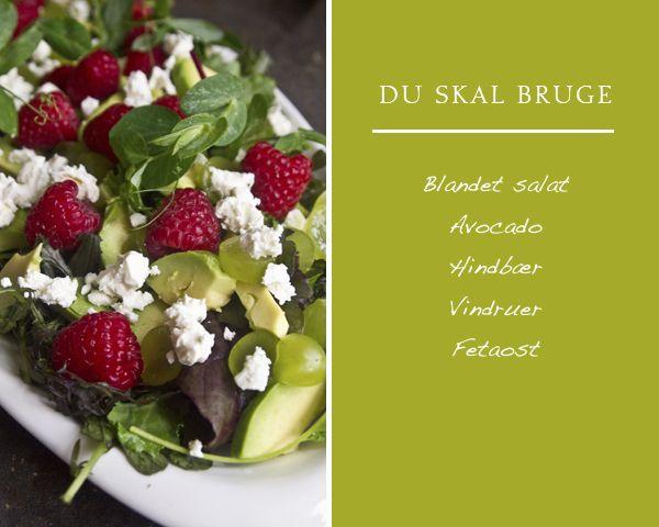 Smuk og lidt anderledes salatJeg er blevet stor fan af bær i salater.Og det er også lidt pænt, ik?Skyl salaten og læg den i bundenSkær ADvokadoen (sådan siger vi i Jylland) i mindre stykker og fordel over salaten.Skær vindruer i skiver og fordelSkyl hindbærrene og drys