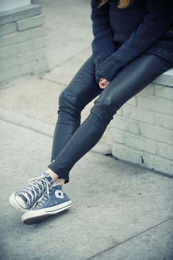レザー調パンツもまろやかな雰囲気にまとまるグレーハイカットの威力にも注目