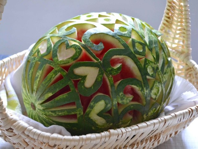 This is just amazing.: Carvings Watermelon, Watermelon Decor, Decor Watermelon, Watermelon Art, Things Watermelon, Easter Eggs, Watermelon Carvings,  Globes Artichokes, Food Art