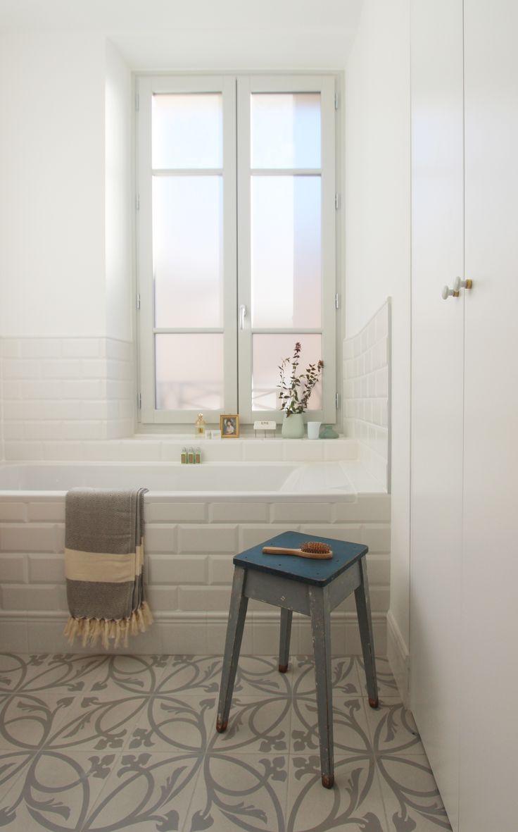 petite salle de bain blanche et grise : carreaux de métro, sol graphique / réalisation Entre Les Murs Annecy