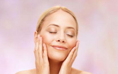 Pelle grassa del viso: i rimedi naturali - Contro la pelle grassa del viso ci sono alcuni rimedi naturali che possono essere utili: argilla rossa o verde, succo di limone, bicarbonato di sodio ed aloe vera.