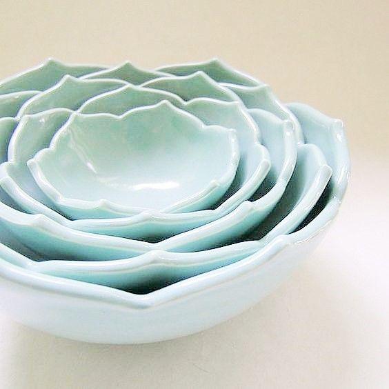 source : etsy.com  _ bols en céramique bleu robin egg gigognes lotus par whitneysmith, $225.00 lotus