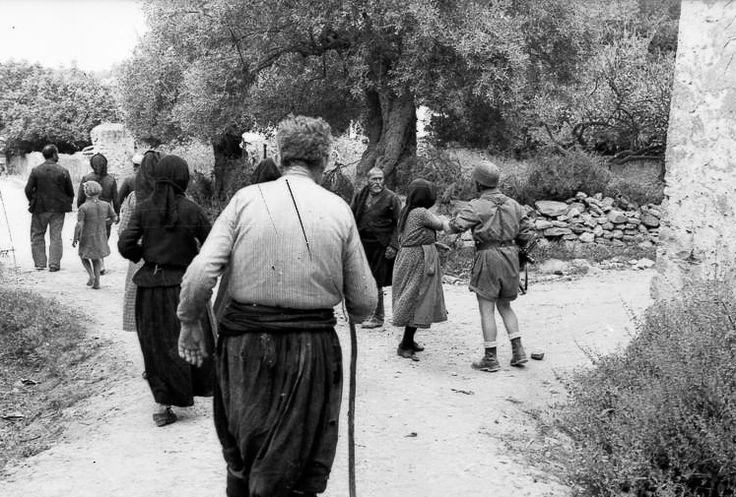 Η ΤΡΑΓΩΔΙΑ ΑΡΧΙΖΕΙ ΝΑ ΓΙΝΕΤΑΙ ΑΙΣΘΗΤΗ ΑΠΟ ΤΑ ΜΕΛΛΟΝΤΙΚΑ ΘΥΜΑΤΑ. Οι προθέσεις των Γερμανών είναι ολοφάνερες. Οι στρατιώτες μετά το ξακαθάρισμα απομακρύνουν τους γέρους, τις γυναίκες και τα παιδιά από το σημείο όπου έχουν συγκεντρώσει τους άντρες. Μια από τις γυναίκες που έχουν καταλάβει τι περιμένει τον γιο της σε λίγα λεπτά προσπαθεί να γυρίσει πίσω, αλλά ο στρατιώτης την εμποδίζει...