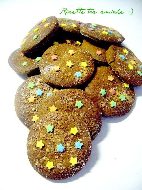 Biscotti Pan di stelle ricetta originale.Grazie alla mia mania di ritagliare e conservare le ricette,mi sono ritrovata la ricetta dei biscotti Pan di stelle,che era scritta sulla confezione dei biscotti,non avendo trovato le stelline bianche mi sono arrangiata con quelle colorate.