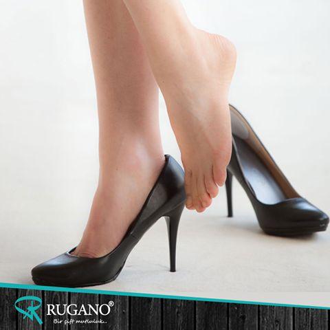 Yüksek topuklu ayakkabılar ağırlık merkezimizin öne doğru kaymasına neden olur. Omurga da bunu dengelemek için geriye doğru bükülüyor. Bu da uzun süre yüksek topuklular üzerinde kaldığımızda sırt ağrısı çekmemize neden olur...    #rugano #ayakkabı #deriayakkabı #süetayakkabı #topuklu #topukluayakkabı #izmir #konya #bot #stiletto #çizme #trendayakkabı