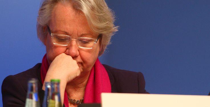Soll Annette Schavan zurücktreten? - Nach Entzug des Doktorgrades - Oppositionspolitiker fordern den Rücktritt der Bundesbildungsministerin, nachdem die Heinrich-Heine-Universität ihr den Doktorgrad aberkannte.