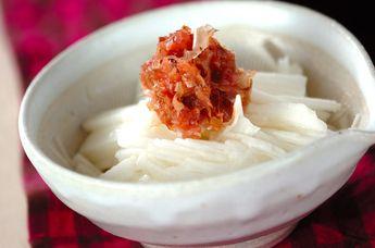 せん切りにした長芋に、梅肉をのせて。上品で身体にやさしい一品。