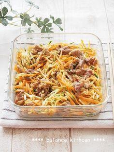 【作り置き】豚肉とズッキーニの香味サラダ by 河埜 玲子 / 生の千切りズッキーニが新鮮な美味しさ。生のズッキーニとにんじんに、炒めた豚肉を和えるだけ!パンチがきいたしっかり味の豚肉で、生野菜がたっぷり食べられます。出来立ても美味しく、作り置きも可能。 / Nadia