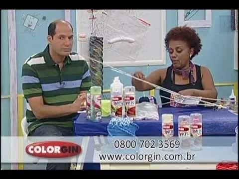 Vídeo com passo a passo de uma luminária feita com canudinhos de papel (sulfite, jornal e revista), e acabamento com a tinta spray Colorgin Arts. A artista é...