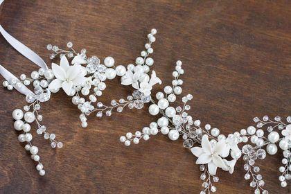 Купить или заказать Цветочный венок повязка для свадебной прически в интернет-магазине на Ярмарке Мастеров. Веночек-повязка из бусин под жемчуг и чешского стекла. Украшение можно выполнить в цвете айвори или белом. С золотыми или серебряными деталями. Крепится в прическу лентой или невидимками. __________________________ Цвета на фотографиях могут немного отличаться от оригинала в зависимости от настроек вашего монитора __________________________ Вы можете первыми узнавать о моих новинках…