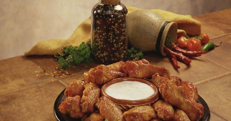 Sabores para las alitas de pollo fritas. Ya sea que estés en una fiesta de súper bowl o en un picnic familiar, las alitas de pollo casi siempre están en el menú. Las alitas de pollo más tradicionales son picantes, pero hay de varios sabores que son comúnmente servidas en restaurantes o preparadas en casa como las de barbacoa, teriyaki y parmesano con ajo. Una vez que decidas el sabor, ...