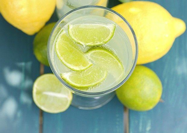 """Bebidas que fazem perder peso http://www.bolsademulher.com/corpo/beber-agua-morna-com-limao-emagrece-e-melhora-o-sistema-imunologico"""">água morna com limão</a> – Beber 1 copo de água morna com 1/2 limão espremido em jejum é uma forma de purificar o organismo. A bebida tem ação diurética e ajuda a emagrecer, além de o limão promover efeito detergente nas células para ajudar a eliminar gordura."""