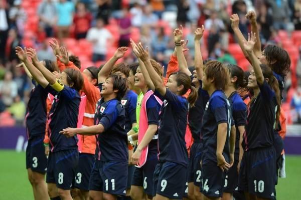 ロンドン五輪 サッカー女子準決勝フランス戦に勝利して、大喜びのなでしこイレブン(英ロンドン)(2012年08月06日) 【AFP=時事】