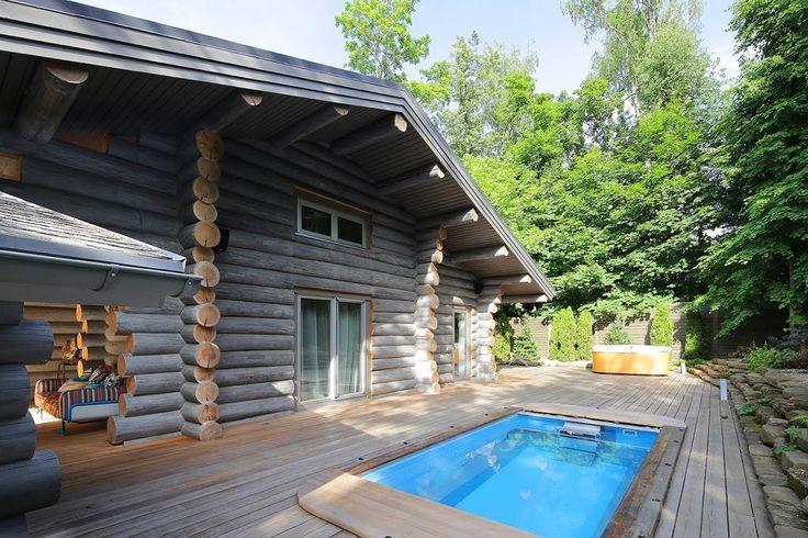 деревянный дом из бревна с бассейном