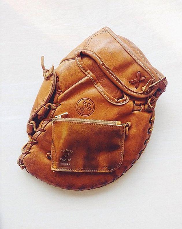 A marca de acessórios masculinos Fielder's Choice Goods usa luvas de beisebol pra confeccionar suas peças - vem ver!