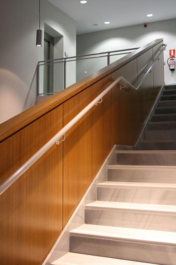 pasamanos de escalera realizado con tableros de madera natural de iroko