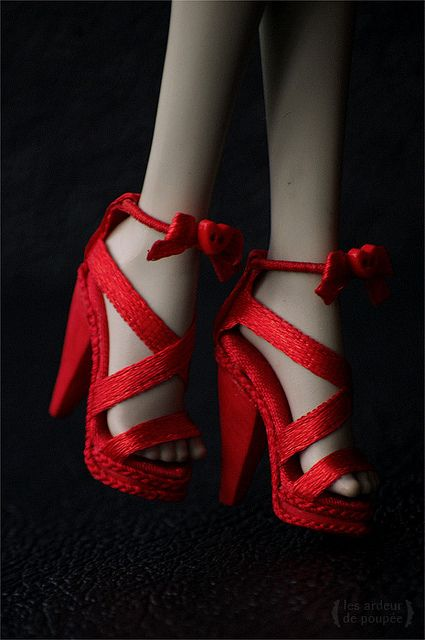 Shoes for Monster High | Flickr - Photo Sharing!  I like how she uses yarn to hide the seam on the sole.