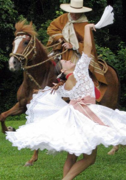 Marinera con caballo peruano de paso.