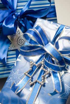 Pretty blue wrapping paper and ribbon look tres chic on those special gifts. #giftwrapping #blue #emballagecadeau