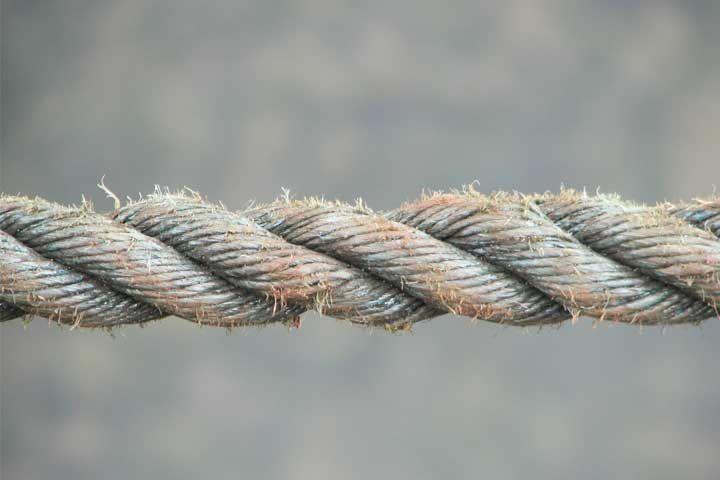 Dit spel is een variant op het welbekende touwtrekken. Waar het bij het touwtrekken voornamelijk aankomt op krachtkomt er bij deze variant een hoop slimheid bij kijken. Je hebt voor deze teambuilding oefening een touw en twee kratjes nodig. Laat twee deelnemers ieder op een kratje plaatsnemen en geef ze het touw aan. De bedoeling …