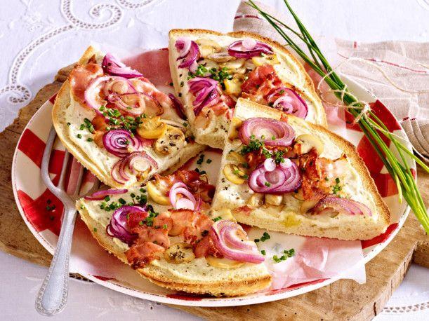 Unser beliebtes Rezept für Fladenbrotpizza mit Bacon & Champignons und mehr als 55.000 weitere kostenlose Rezepte auf LECKER.de.