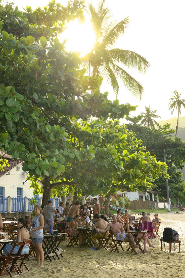 Ilha Grande. Brasiliassa on lupsakoita rantaravintoloita, joiden pöydät on nostettu hiekalle.  http://www.exploras.net/matkablogi/14112015