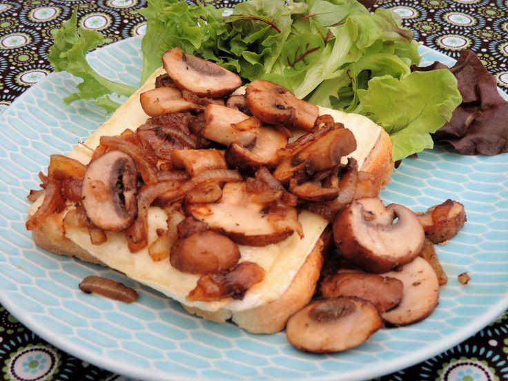 Het is wat machtig als een voorgerecht, maar met een verse salade maak je van dit warm knoflookbrood een makkelijke maaltijd.