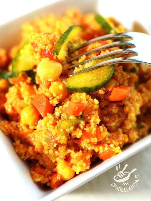 Il Couscous di ceci, zucchine e carote è un piatto molto salutare che unisce alle proprietà del cereale quelle dei legumi e delle verdure di stagione.
