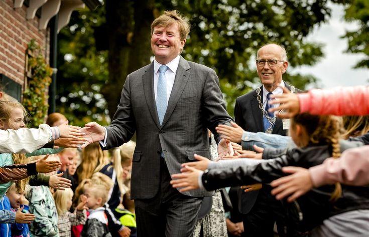 OUDKARSPEL - Koning Willem-Alexander heeft dinsdagochtend een bezoek gebracht aan Het Behouden Huis in Oudkarspel. Dat deed hij in het kader van de Oranje Fonds Collecte, die deze week plaatsheeft. In het Noord-Hollandse dorp kon de koning rekenen op een enthousiast onthaal door de dorpsbewoners.