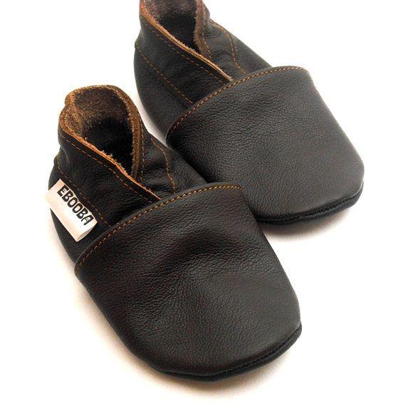 Zachte lederen schoenen hebben de harten van eruopese en amerikaanse moeders verovert. Zulke schoenen zijn gemaakt van zeer zachte en natuurlijke leer en ze beschremen en houden niet alleen de voetjes van het kindje warm maar ze zijn ook zeer aantrekelijk. Met zulke schoenen is het comfortable om in de kinderwagen te zitten en op de handen bij moeder, en ze zijn perfect voor sling baby carrier.  De schoenen zijn heel makkelijk aan te doen (geen veters of klittenband), zitten goed op het…