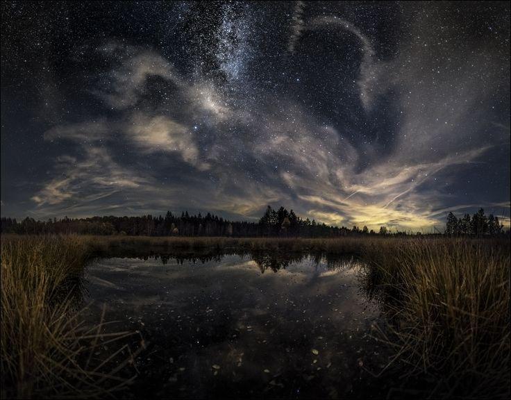 DarkSky im Naturpark Solling-Vogler / Weserbergland   Pling, Pliiing, ein Lichtlein brennt auf. Es war vor etwa zwei Wochen. Das mittägliche Marmeladenbrot schmeckt mir gerade am Köstlichsten, als mich eine Nachricht von einem Nordlichtfreund erreicht. Ob ich denn wüsste, dass man aufgrund einer unheimlich starken Sonnenaktivität in der kommenden Nacht, Nordlichter sehr wahrscheinlich auch in südlicheren Gefilden beobachten könnte, eventuell sogar in den Alpen. Und es wäre ganz sicher eine…