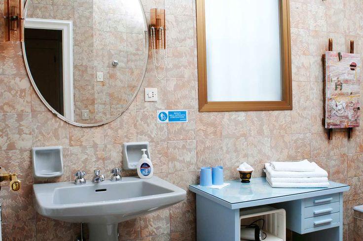 Camera Peace Rose B&B Martini Firenze. Il bagno privato accanto alla camera, spazioso e dalle finiture di pregio, è dominato da colori neutri ed eleganti e contiene comodamente gli accessori di tutta la famiglia. Email -->> info@bbfirenzemartini.it - sito web -->> http://www.bbfirenzemartini.it/