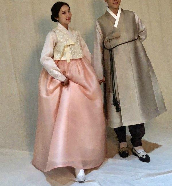 안녕하세요 청담 이승현한복입니다 오늘은 저희 이승현한복에서 결혼한복을 맞추시고 웨딩스튜디오에서 한...