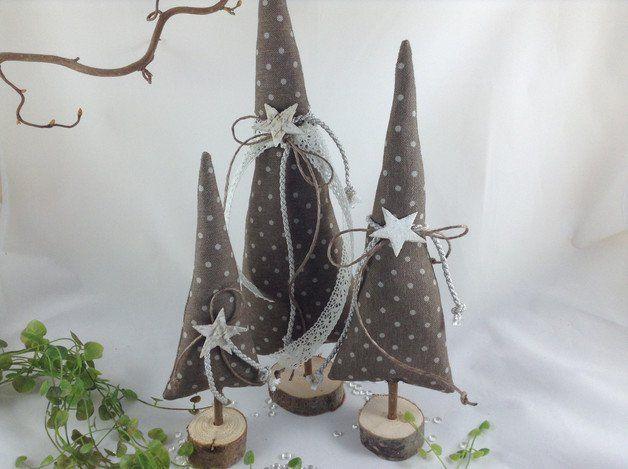 **------  3 wunderschöne Tannenbäume für eure ganz individuelle Deko !  ------**  Hier habe ich für euch 3 Tannenbäume entworfen, genäht und dekoriert.  ... Ob als Deko für die Fensterbank ......