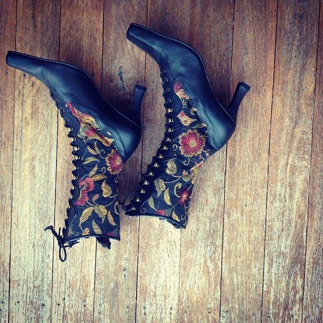 Instagram СМИ по pendragonshoes - что вы думаете? Это наши цыганки розы Викторианские сапоги. Идеально подходит для зимы. #pendragonshoes #ручной #handmadeshoes #заказ #обувь #shoeporn #ladiesfashion #womensshoes #сапожники #квинсленда #сапоги #маручидоре