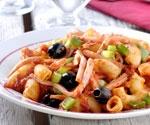 Grote macaroni met gebakken knoflook en paprika, ham en olijven