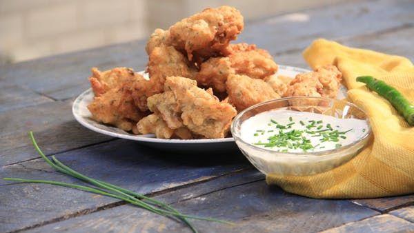 Recette avec instructions en vidéo: Un de nos poissons préférés ! Laissez-vous tenter !  Ingrédients: 200g de morue séchée, 200g de farine, 1cc de levure chimique (ou bicarbonate de soude), 1 oignon jaune, 2 gousses d'ail, 4 branches de persil plat, 1 piment végétarien, 25cl d'eau (environ), piment fort (au goût), 1cc de thym, sel, poivre,