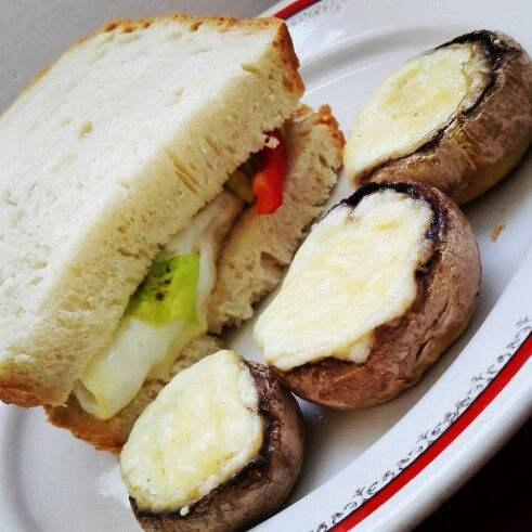 Ciuperci la tava si sandwich cu ou ochi